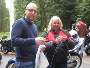 Une souriante biker sauva Nicolas du test ''tricotage''