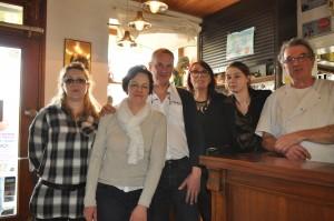 Anne et Michel entourés des patrons et du personnel du restaurant
